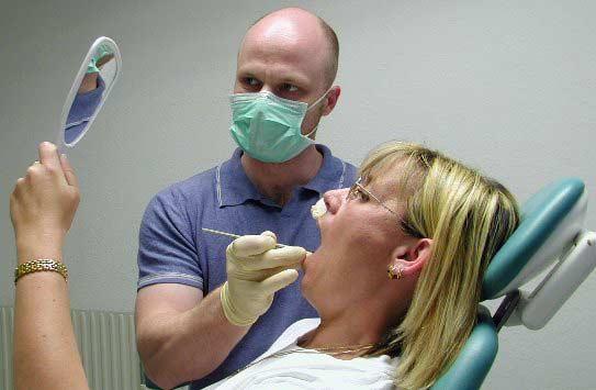 Patient Begutachtet die Behandlung des Zahnes