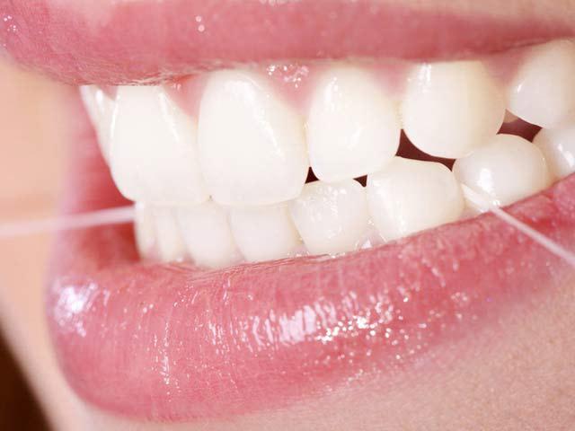 verwenden einer Zahnseide